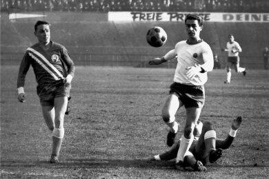 Harald Irmscher im Trikot der BSG Motor Sachsenring Zwickau (rechts) während eines Oberligaspiels am 6. November 1965 gegen den SC Karl-Marx-Stadt, das 3:0 endete.