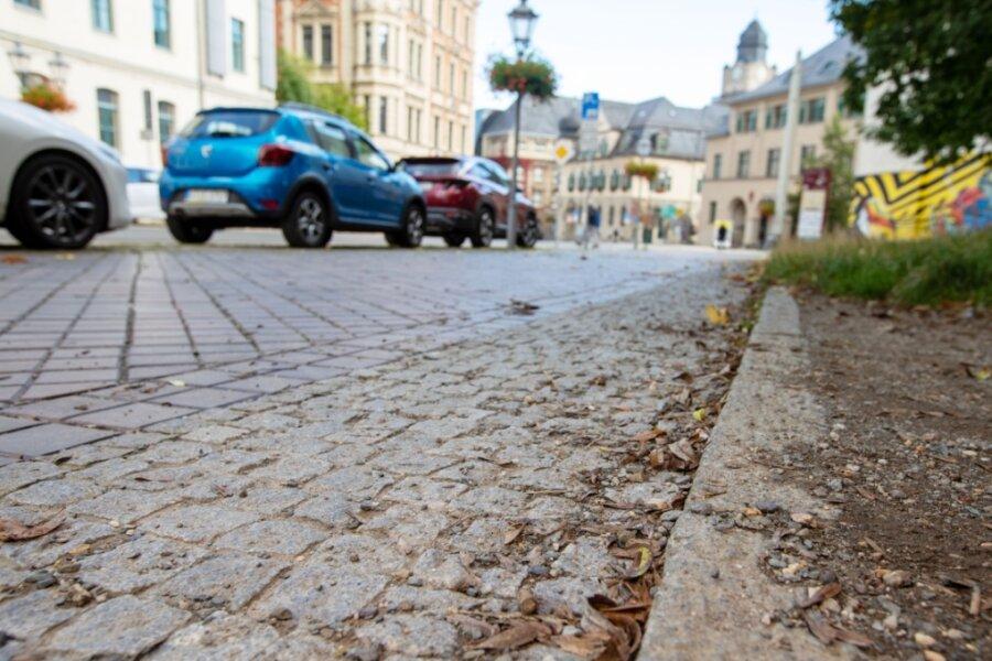 An dieser Stelle auf dem Gehweg der Neundorfer Straße passierte es: Bei Regen rutschte Anke Lorenz aus und erlitt eine Fraktur. Der Unfall machte eine OP der Augenhöhle nötig.
