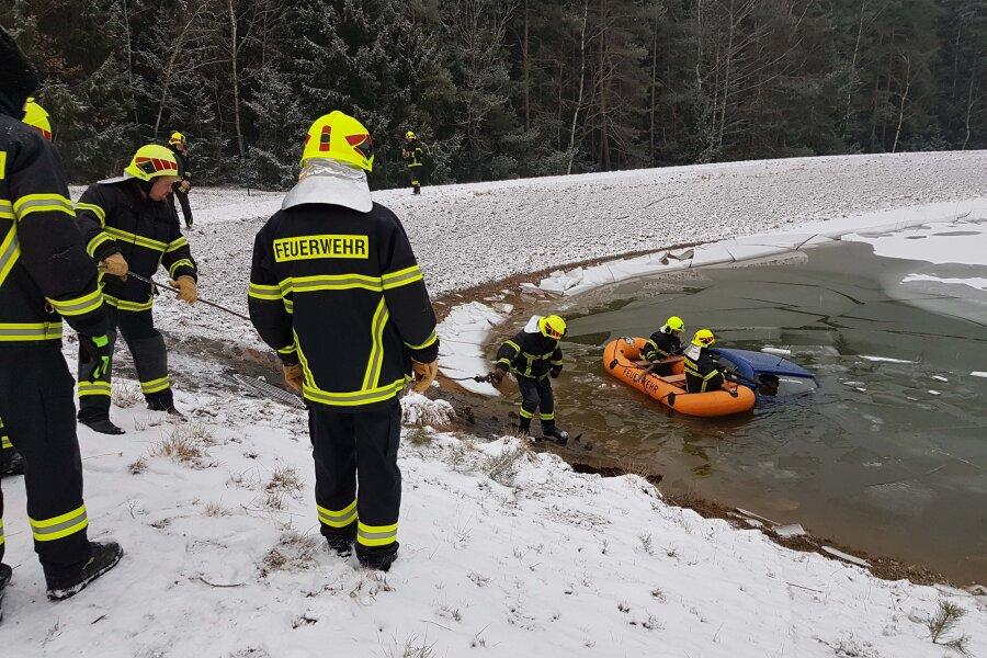 Skoda landet im Regenrückhaltebecken - Vier Autos in Folgeunfall verwickelt
