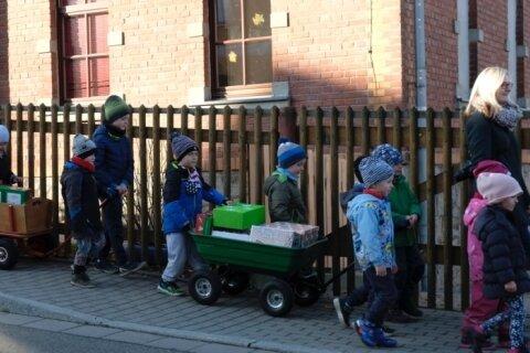 Ein Bild, das optimistisch stimmt. Die Pfiffikus-Kinder bringen ihre selbstgepackten Schuhkartons auch selbst zur Annahmestelle.