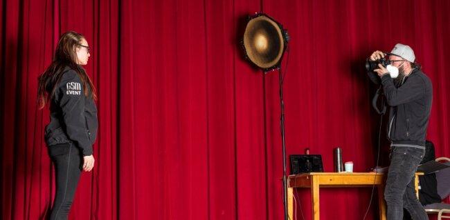 """Musiker, Veranstaltungs- und Tontechniker, DJs, Sänger und Sängerinnen - die Aktion """"Kulturgesichter"""" hat auch vor dem geschlossenen Vorhang des Freiberger Tivoli Akteure der Branche mit der Kamera festgehalten."""