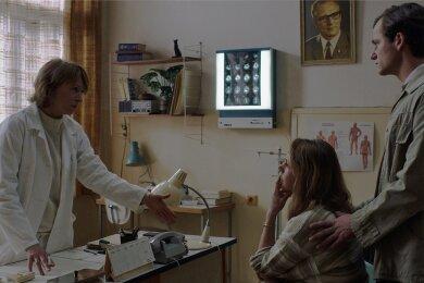 Dr. Sigurd (Corinna Harfouch) überbringt den Eltern Marie (Felicitas Woll) und Armin Glaser (Florian Stetter) schlechte Nachrichten.