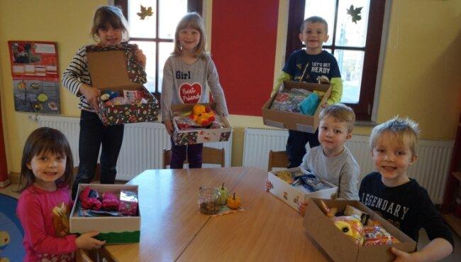 Wenn Kinder was für Kinder machen: Ylvie, Marleen, Pia, Felix, Jonas und Alex (von links) mit ihren selbstgepackten Schuhkartons.