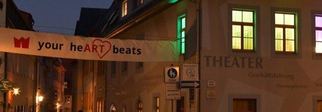 """""""Dein Herz schlägt"""" verkündet das Banner über der Weingasse am Mittelsächsischen Theater in Freiberg auf dem Buttermarkt. Der Begriff """"Art"""" ist hervorgehoben - er steht im Englischen für Kunst."""