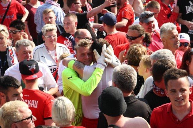 Zwickaus Aufstiegshelden wie Torhüter Marian Unger (Mitte) nahmen nach dem Abpfiff ein Bad in der rot-weißen Menge. Nach 18 Jahren ist der FSV zurück im Profifußball.