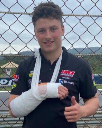 Daumen hoch trotz gebrochener rechter Hand: Nicolas Czyba blickt nach vorn.