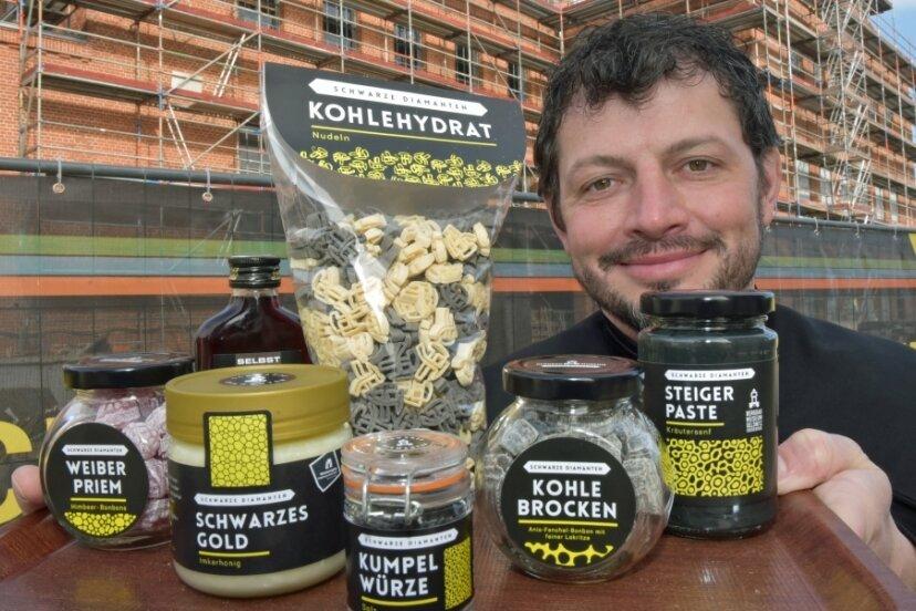 Der Chef des Bergbaumuseums Oelsnitz Jan Färber serviert das Welterbe zum Schmecken: Nudeln in Form von Schlägel und Eisen als Kohlehydrat, Bonbons als Weiber-Priem, Honig, Kumpel-Würze, Salz, Kohlebrocken zum Lutschen und schwarzen Senf.