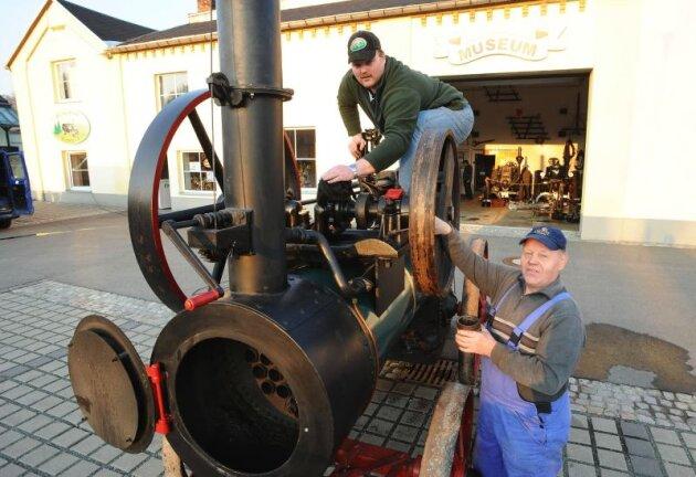 Alle Hände voll zu tun haben die Mitglieder des Vereins Bulldogfreunde Erzgebirge Marko Hofmann (links) und Heinz Misch an der Dampflokomobile aus dem Jahre 1911. Der Motor mit 18 PS wird beim zweiten Stationärmotor-Treffen am 27. April den Besuchern präsentiert.