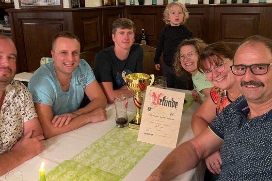 Die erfolgreichen Sitzballer: von links Mike Hentschel, Stefan Weiß, Gordon Hawranke, Julius und Stefanie Brendel, Bettina und Kay Heinig.