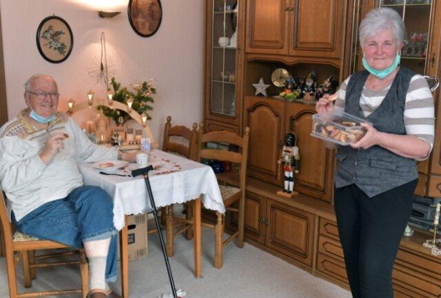 Der Freiberger Dietmar Bauer wird im Alltag von Marion Meinel aus Brand-Erbisdorf unterstützt. In der Adventszeit hat sie für ihn extra Kekse gebacken.