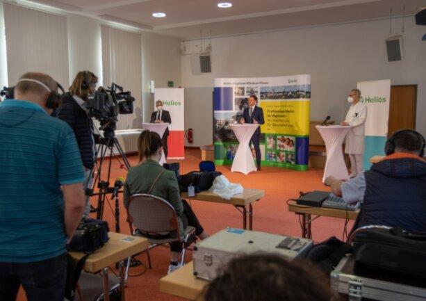 """Ministerpräsident Michael Kretschmer (vorn, Mitte) hat das Helios-Klinikum Plauen besucht. Dessen Ärztlicher Direktor Dr. Oliver Schilling (rechts) sagt: """"Die Pandemie hat komplett eine neue Qualität bekommen."""""""