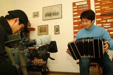 Das Harmonikamuseum Zwota kennt man auch in Japan. Im Dezember 2005 war ein Kamerateam der Fernsehanstalt Nippon News Network mit dem Bandoneonsolisten Ryota Komatso (rechts) im Vogtland und im Westerzgebirge unterwegs. Die Aufnahmen waren bestimmt für eine 90-minütige Dokumentation.