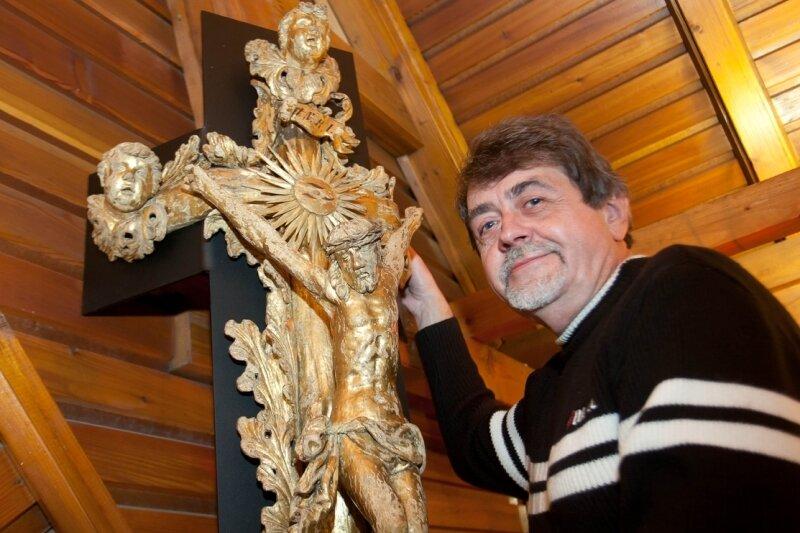 "<p class=""artikelinhalt"">Ralf Petermann, der Leiter des Auer Stadtmuseums, in der Ausstellung am kunstvoll gestalteten und restaurierten Sargdeckel-Kruzifix der Knappschaft Heidelsberg.</p>"