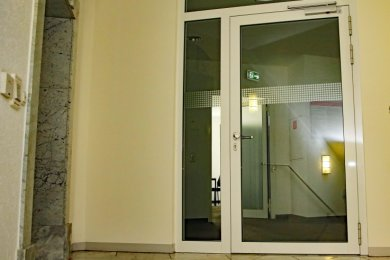 Der Eingangsbereich der Arbeitsagentur: An der Tür sind keinerlei Hinweise für die Kunden zu finden.
