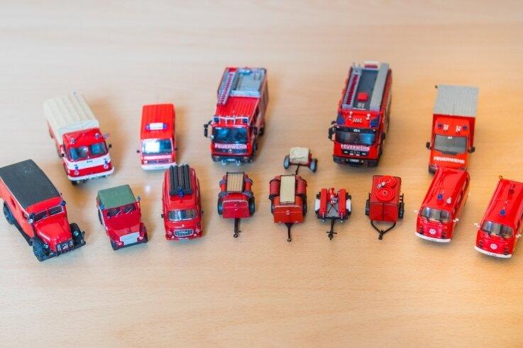 Diese Modelle hat Stefan Wagner als Abbild des Fuhrparks der Freiwilligen Feuerwehr Adorf in Mini-Formatgefertigt.