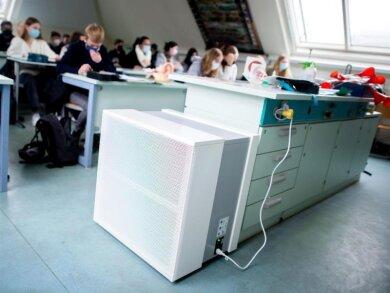 Ein Luftfiltergerät steht in einem Fachraum des Alten Gymnasiums in Oldenburg.