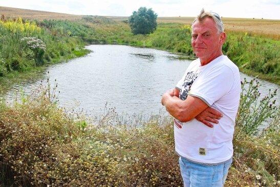 Steffen Guthmann aus Langenbernsdorf ist stolz auf sein selbst geschaffenes Biotop und hofft auch Nachahmer.