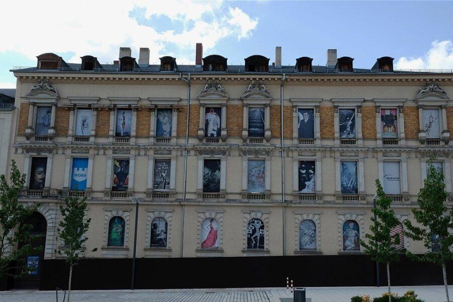 Der Stadtpalast wurde im Jahr 1877 nach den Entwürfen des Baumeisters Julius Lindner errichtet. Der Figurenschmuck am Gebäude erinnert an Vorbilder aus Florenz.