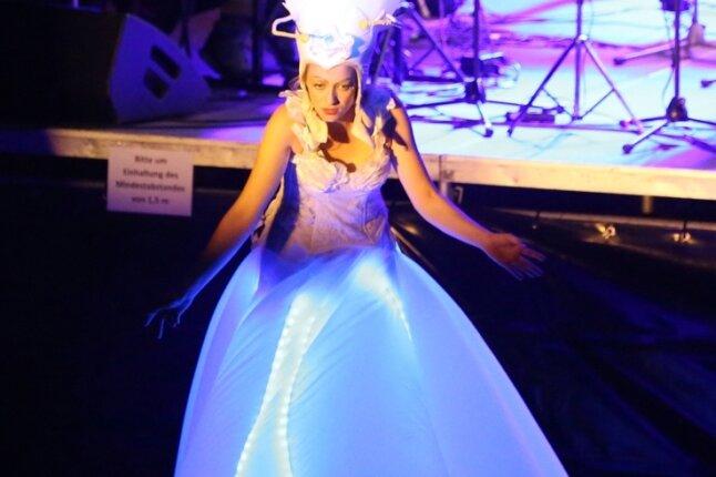 Eine junge Dame kündigte als tanzende Blüte bei der Multimediashow in der Waldbühne den Szenenwechsel an.