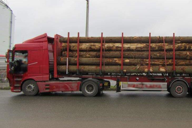 Fast elf Tonnen zu schwer - Polizei stoppt überladenen Holztransporter auf A4
