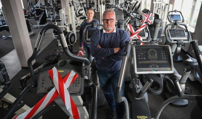 Flexx-Chef Jens Beier (vorn) und Mitarbeiter Roman Clauß wünschen sich bald wieder volle Belegung der Kardio- und Kraftgeräte.