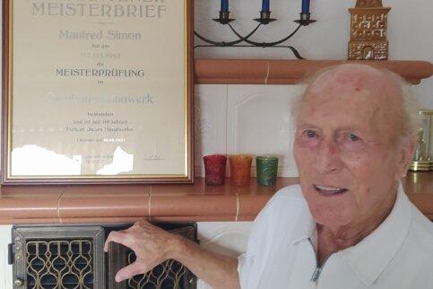 Manfred Simon ist stolz auf seinen selbst gesetzten Kachelofen, auf den Diamantenen Meisterbrief ebenso.