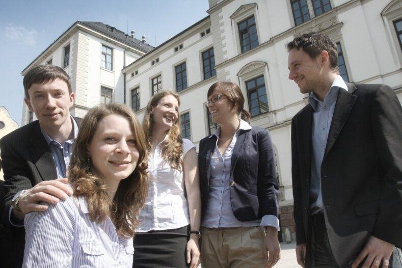 """<p class=""""artikelinhalt"""">Benjamin Kühne, Kerstin Stübner, Wenke Gleditzsch, Julia Lindner und Thomas Holland (von links) gewannen den Wettbewerb der Union. Das Autobahnamt hat wegen der Fassadengestaltung allerdings Bedenken.</p>"""