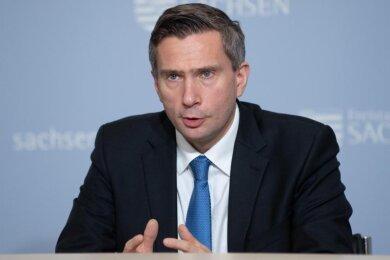 Sachsens Wirtschaftsminister Martin Dulig (SPD) spricht bei einer Pressekonferenz.