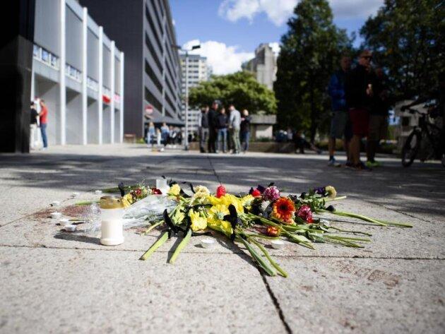 Blumen liegen nach der Messerstecherei in Chemnitz auf der Straße.