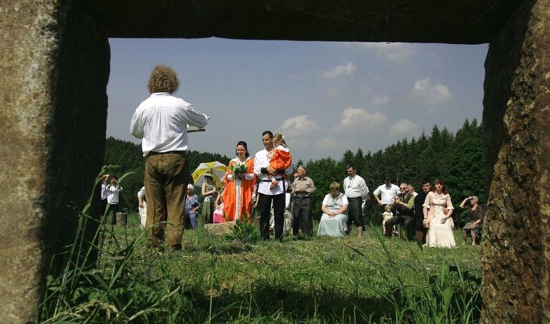 """Die erste """"Hochzeit"""" im einstigen """"Skandalsteinkreis"""" von Lichtenwalde, dessen Steine heute bei Mulda stehen, wurde am Sonnabend gefeiert. Die Irland-Fans Anke und Rico Umlauft genossen die besondere Atmosphäre unter freiem Himmel. Sauensäger Andreas Martin (l.) gestaltete die Zeremonie."""