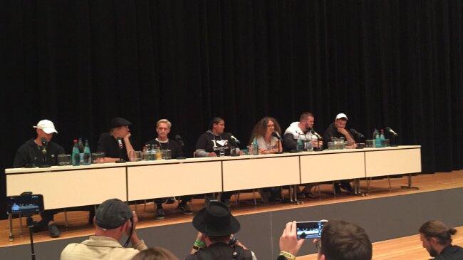 Von links: Trettmann, Campino, Felix Brummer von Kraftklub, Rola Saleh (AG In- und Ausländer e.V. in Chemnitz, lebt seit 17 Jahren in Chemnitz). Außerdem: Monchi von Feine Sahne Fischfilet (2.v.r.) und Marteria.