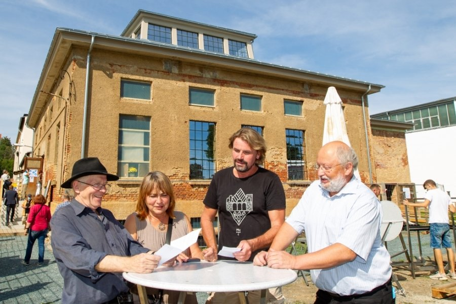 Wolfram Ketzel, Karin Riedel, Thomas Gerbet und Matthias Krumpholz (von links) am Plauener Industriepavillon. Er war zum Denkmaltag erstmals für eine größere Öffentlichkeit zugänglich - und das Interesse groß.
