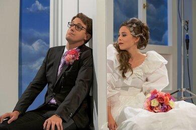 Marlen Bieber als Susanne und Andreas Beinhauer als Bräutigam Martin Preller, der nicht durch die Tür kann.