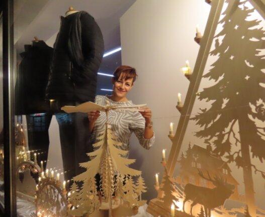 """Das Bekleidungsgeschäft """"Markt 52"""" in Werdau bietet neben Jacken und Anzügen vorübergehend auch Weihnachtsmarktprodukte an."""