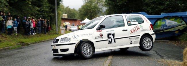 Lars Meyer und Dominik Romainczyk eilten im VW Polo der Konkurrenz in der Klasse NC4 davon. Bei der Rallye Grünhain 2021 - hier in einer Spitzkehre auf dem Rundkurs in Markersbach - vertraten der Schwarzenberger und sein Co-Pilot aus Schneeberg die Farben des gastgebenden Clubs. Mit Klassensieg und Gesamtrang 18 gelang ihnen das äußerst erfolgreich.