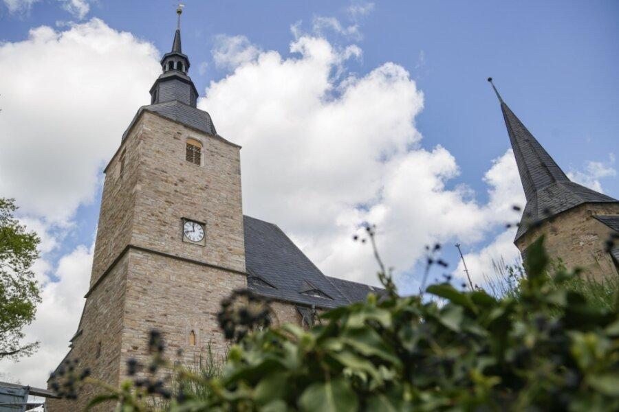 """Die Stiftskirche in Ebersdorf wurde schon im 19. Jahrhundert als """"Sachsens bei weitem sehenswürdigste Dorfkirche"""" bezeichnet. Eng mit der Regionalgeschichte verwoben, reichen ihre Wurzeln zurück bis ins 11. Jahrhundert. Die Fassade des Kirchturms (links) wurde nun saniert."""