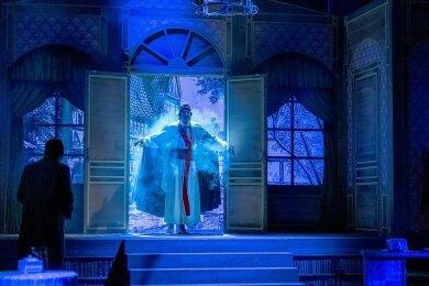 Theaterdirektor Emanuel Striese (Leander de Marel) erscheint als König Titus Tatius im Hause Gollwitz.