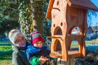 Der Bau des Naturgartens in Jahnsdorf geht voran. Davon überzeugen sich Erzieherin Monique Meyer und Alexander Nitzsche.