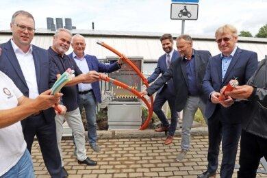 Von links: Mario Wolf (Oberbauleiter), Matthias Hundt (Geschäftsführer SDC), Matthias Hälsig (Projektbetreuer), Andreas Beger (Bürgermeister von Halsbrücke), Christopher Scholz (Projektträger), Ralph Gerlach (Bauamtsleiter), Kai Gärtner (Telekom-Regiomanager) und Matthias Patzsch (Projektleiter Telekom) am ersten Netzverteiler in Hetzdorf.