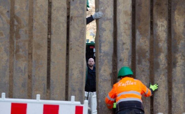 Nach Anweisung und unter Aufsicht der Kampfmittelexperten wurden Stahlwände um den Fundort in der Bismarckstraße gesetzt.