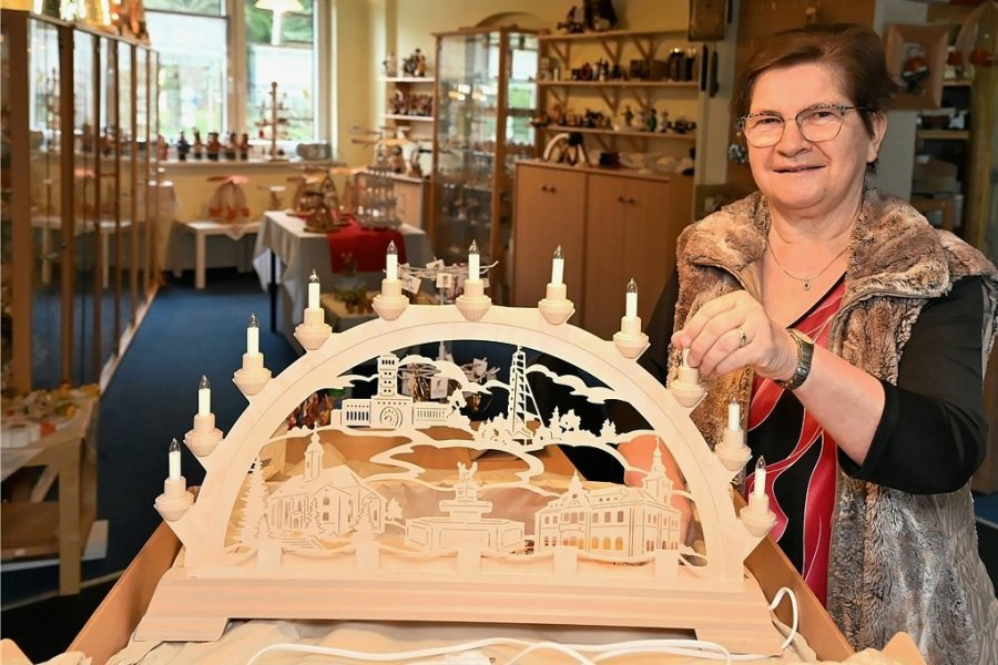 Roswita Bartschat in ihrem Holzkunstladen, der nun unter widrigen Bedingungen aufgelöst wird. Der Oelsnitzer Schwibbogen war all die Jahre ein Verkaufsschlager.