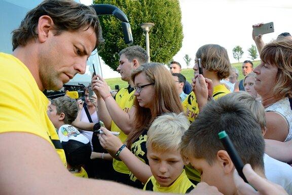 DFB-Pokal: Hunderte Fans empfangen Fußballer von Borussia Dortmund in Warmbad