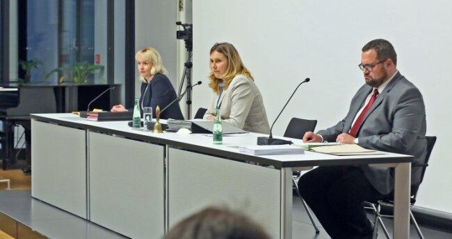 Oberbürgermeisterin Constance Arndt (BfZ, Mitte) will am Bürgersaal als Sitzungsort des Zwickauer Stadtrats festhalten.