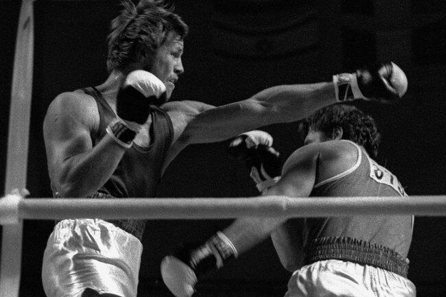 Bei den Olympischen Spielen 1976 in Montreal weicht Wiktor Iwanow (rechts) einem Schlag von Jürgen Fanghänel aus. Der Sachse von der BSG Wismut Gera verlor den Vorrundenkampf nach Punkten.