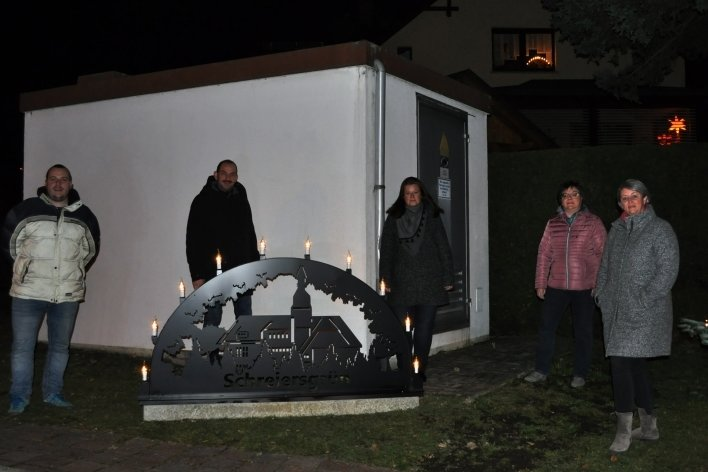 Der Ortschaftsrat Schreiersgrün (von rechts Ortsvorsteherin Diana Heller, Silke Kragl, Diana Baumbach, Thomas Schmidt und Nils Fischbach) am neuen Ortsschwibbogen.