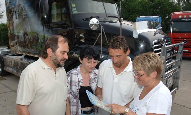 """<p class=""""artikelinhalt"""">Für einen Hingucker sorgte Thomas Stein (2. v. r.) mit seinem original amerikanischen Truck. Gemeinsam mit seiner Frau Yvette (2. v. l.) und Besuchern schaute er schon einmal, wo die nächste Tour hinführt. </p>"""
