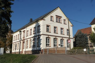 Die Gemeinde will die Nutzung der einstigen Kirchschule in Zettlitz neu ordnen. Offen ist, wann mit dem Umbau begonnen wird.