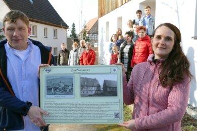 Die erste Info-Tafel des Projekts überreichte Stefanie Zickmantel an Dirk Wolf, der mit seiner Familie heute im Pfarrbeigut wohnt.