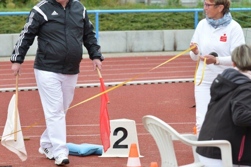 Mit prüfendem Blick: Wilfried Baumgart schaut genau hin. Der Kampfrichter kontrollierte am Sonntag beim Weitsprung, ob die Teilnehmer den Balken getroffen ober übertreten haben.