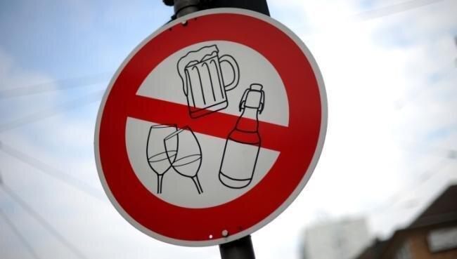 Bier und Schnaps tabu: Seit 2018 darf während der warmen Jahreszeit rund um den Postplatz nicht im Freien getrunken werden. Das soll Straftaten verhindern. Doch nun hat das Rathaus ein Problem.